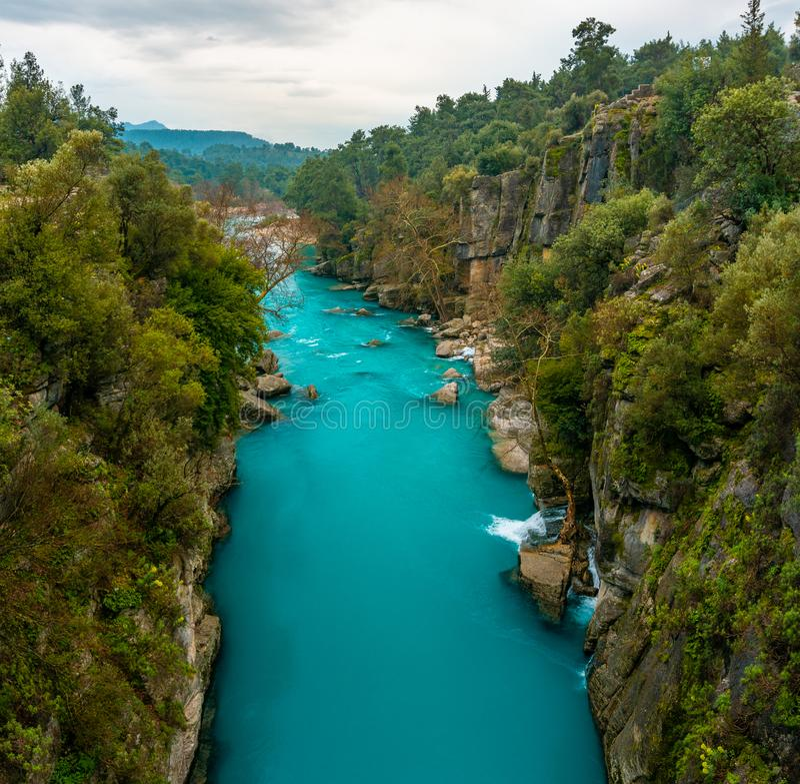 B??kitny rzeka krajobraz od Koprulu jaru w Manavgat, Antalya, Turcja zdjęcia stock