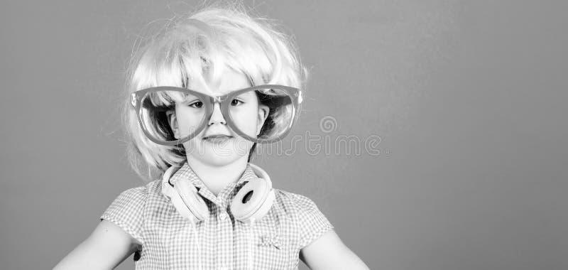 b??kitny ?wi?teczna zielona w?osiana syntetyczna peruka Chłodno małe dziecko z różową włosianą peruką Urocza mała dziewczyna jest fotografia royalty free