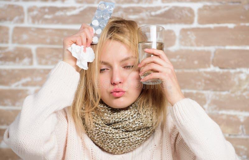 B?l jest okropny Chorzy kobiety cz?stowania objawy powodowa? zimnem lub gryp? Lekarstwo i naros?y rzadkop?ynny nab?r ?liczna chor obraz royalty free