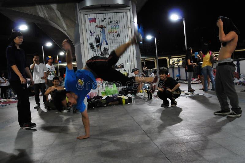 B-Muchacho Breakdancing de Bangkok en la calle foto de archivo libre de regalías