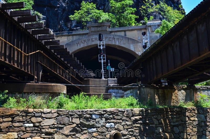 B&O-järnvägbron i Harpersfärjan West Virginia låter både passageraren och drevtrafik fotografering för bildbyråer