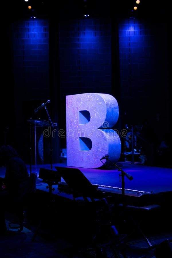 B per Brooklyn su una fase vuota doused alla luce blu immagini stock libere da diritti