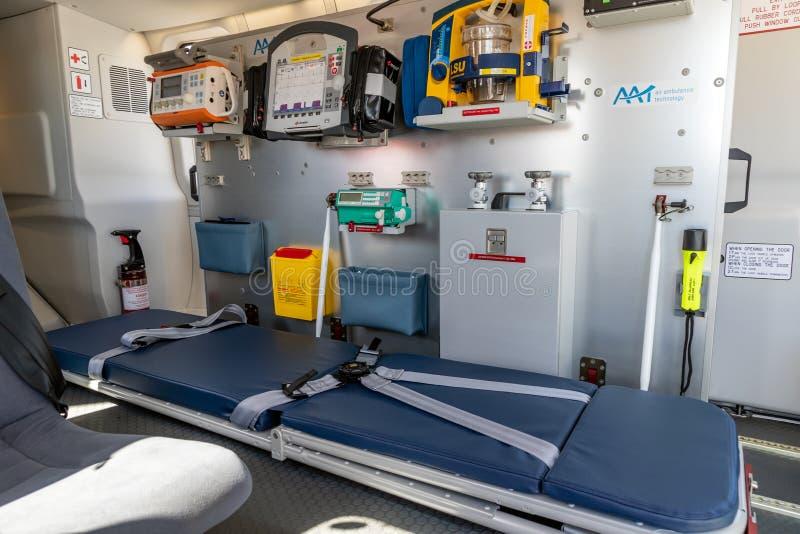 B?r och medicinsk utrustning i en n?d- helikopter f?r medicinsk service arkivfoto