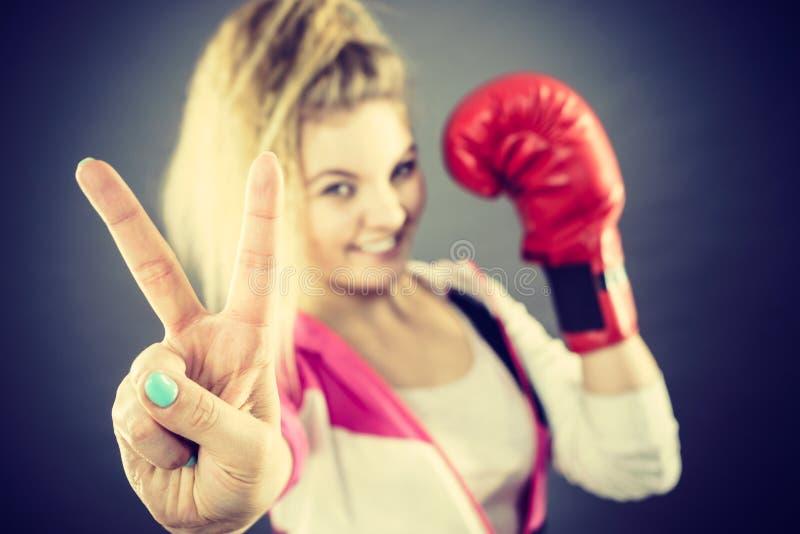 B?rande boxninghandskar f?r kvinna som visar fred arkivfoton