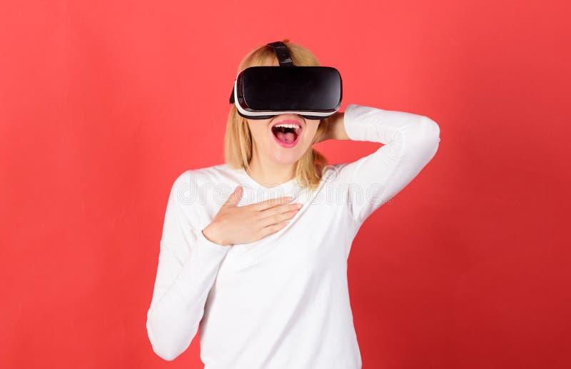 B?rande virtuell verklighetskyddsglas?gon f?r kvinna Lycklig kvinna som unders?ker den ?kade v?rlden som p?verkar varandra med de royaltyfri bild