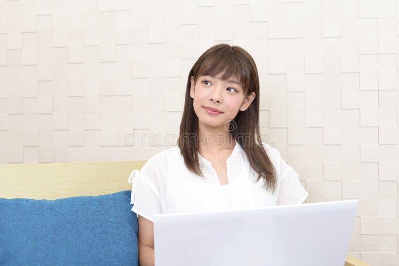 b?rbar dator som ler genom att anv?nda kvinnan royaltyfria foton