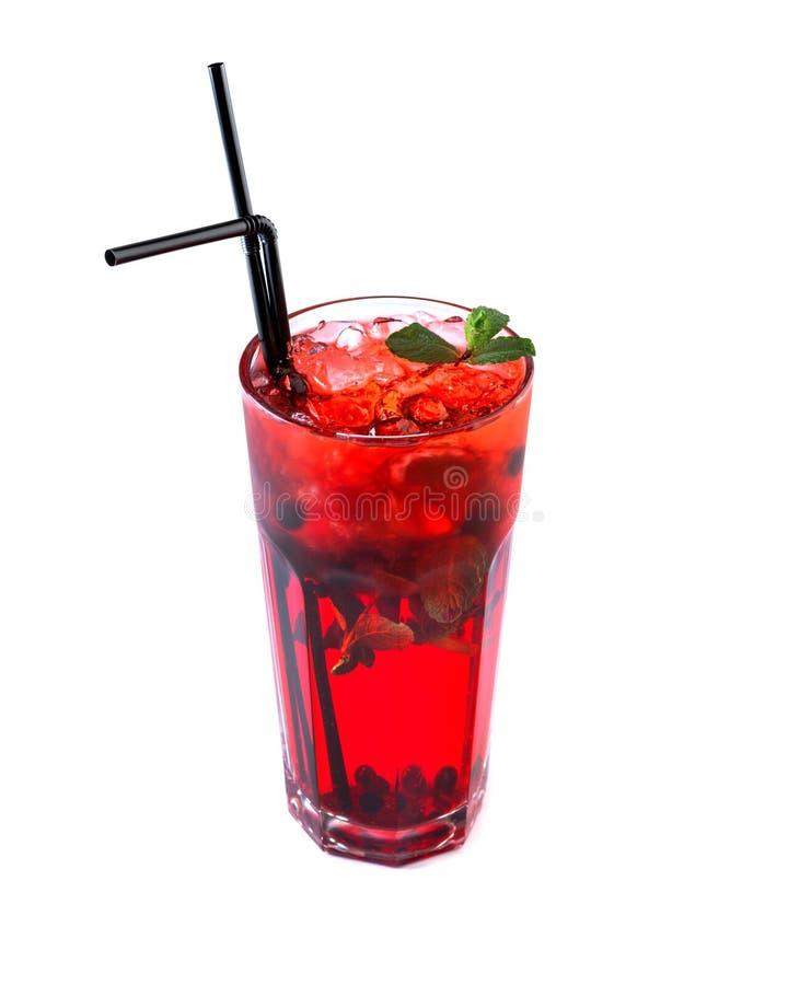 B?rfruktsaft med is i ett exponeringsglas med ett sugr?r som dekoreras med mintkaramellen p? en isolerad vit bakgrund arkivbild