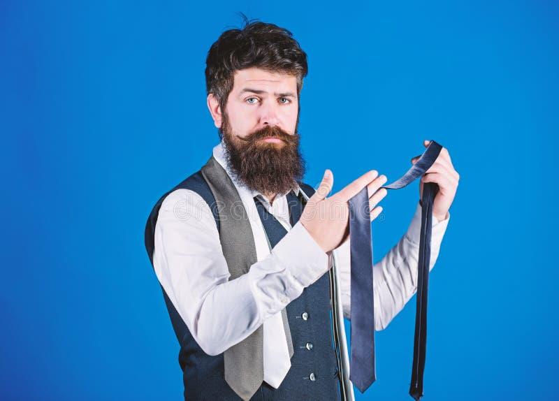 B?rtig aber elegant Langer b?rtiger Hippie, der Halsbekleidung w?hlt B?rtige Mannholdingkrawatte Netter Mann mit unrasiertem lizenzfreies stockbild