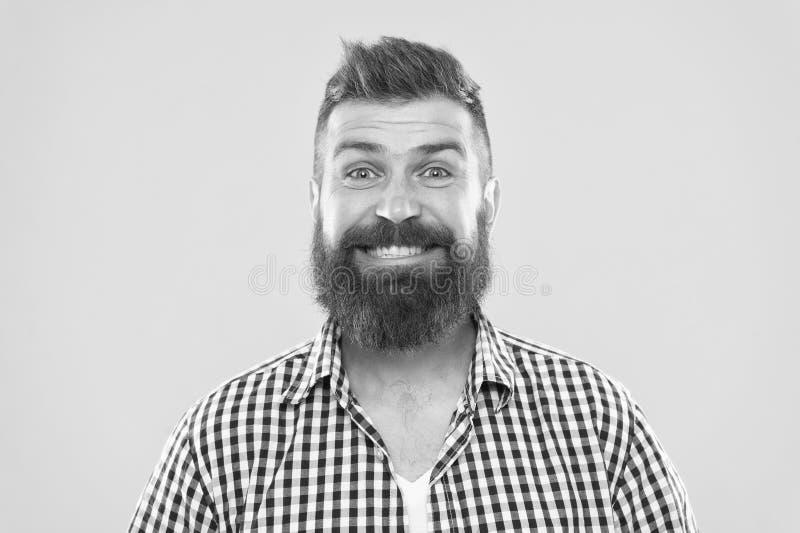 B?rtig und gl?cklich Bartmode und Friseurkonzept Gelber Hintergrund des b?rtigen rustikalen Bartes des Hippies des Mannes stilvol stockfoto