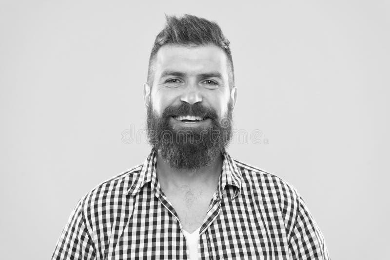 B?rtig und gl?cklich Gelber Hintergrund des b?rtigen rustikalen Bartes des Hippies des Mannes stilvollen Friseurspitzen halten Ba lizenzfreies stockbild