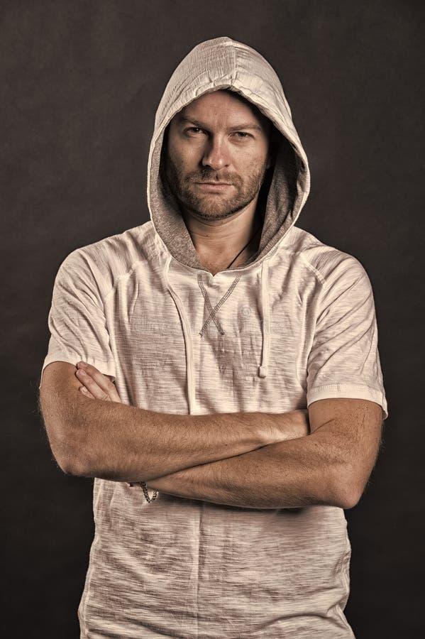 B?rtiger Mann im zuf?lligen Sweatshirt Mann mit Bartabnutzungshaube Mode-Modell im Hoodiet-shirt Aktiver Lebensstil und Gesundhei stockfotografie