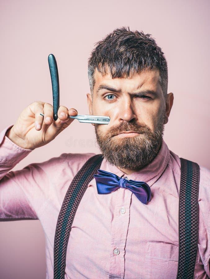 B?rtiger Mann M?nnliche Art und Weise Porträt des stilvollen Mannes mit Bart Friseurscheren und gerades Rasiermesser Friseursalon stockfoto