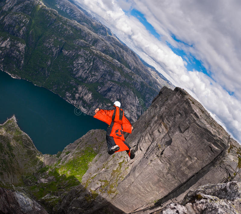 B.A.S.E. Überbrücker im wingsuit springt bei Kjerag lizenzfreies stockfoto