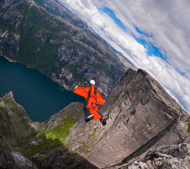 B.A.S.E. a ligação em ponte no wingsuit salta em Kjerag foto de stock royalty free