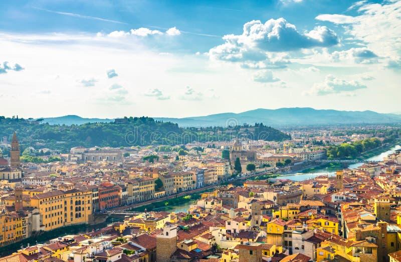 B?sta flyg- panoramautsikt av den historiska mitten f?r Florence stad, broar ?ver den Arno floden, byggnadshus med det orange r?d royaltyfri bild