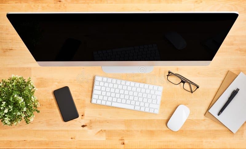 B?sta sikt av den stora skrivbords- datoren p? tr?kontorsskrivbordet arkivfoton
