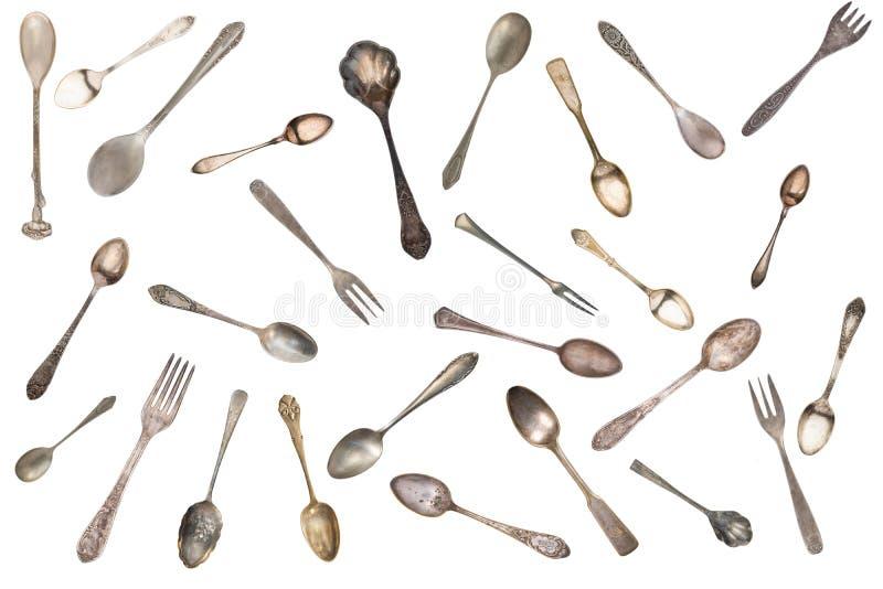 B?sta sikt av h?rliga tappningsilverknivar, skedar och gafflar som isoleras p? vit bakgrund silverware royaltyfri bild