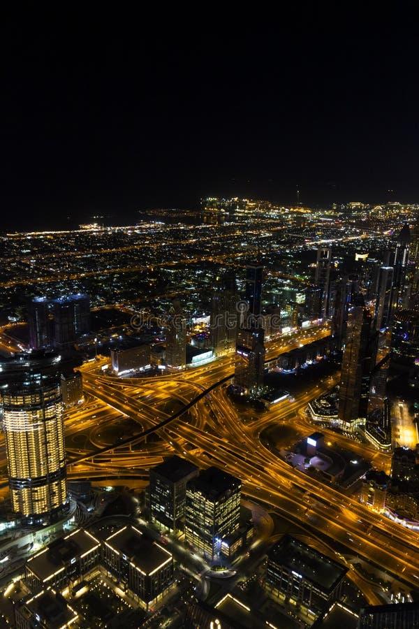 B?sta sikt av natten Dubai arkivfoton