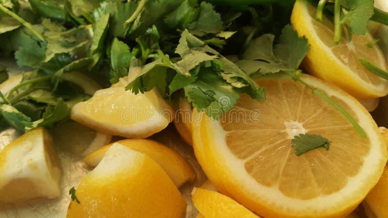 B?sta sikt av nya citronskivor med paprika som klipps in i stycken f?r sallad fotografering för bildbyråer