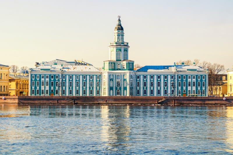 B?timent de Kunstkamera au remblai d'universit? de la rivi?re de Neva ? St Petersburg, Russie images libres de droits