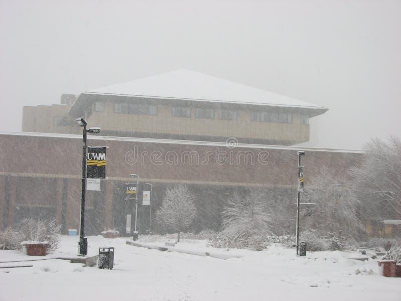B?timent de la biblioth?que dans la temp?te UWM de chute de neige importante photo stock