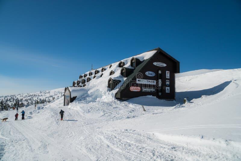 B?timent noir en montagnes couvertes de neige et de glace, pendant le jour tr?s froid en hiver images stock