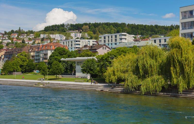 B?timents de la ville de Zurich le long de la rivi?re de Limmat image libre de droits
