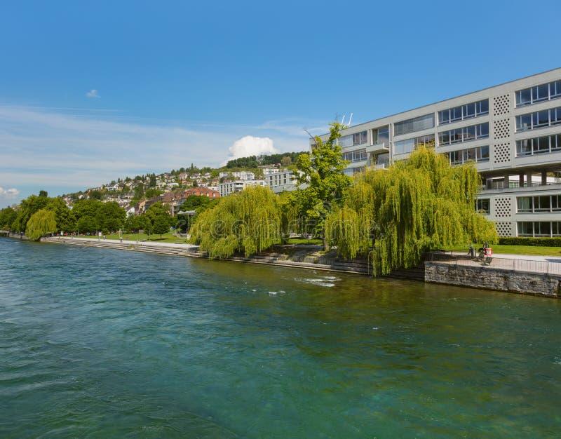 B?timents de la ville de Zurich le long de la rivi?re de Limmat photo stock