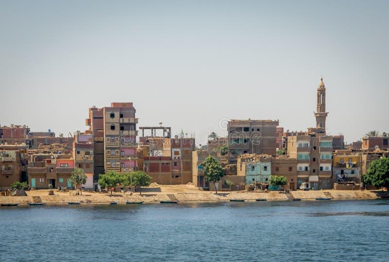 B?timents, maisons et mosqu?es sur les banques du Nil ?gypte photo libre de droits