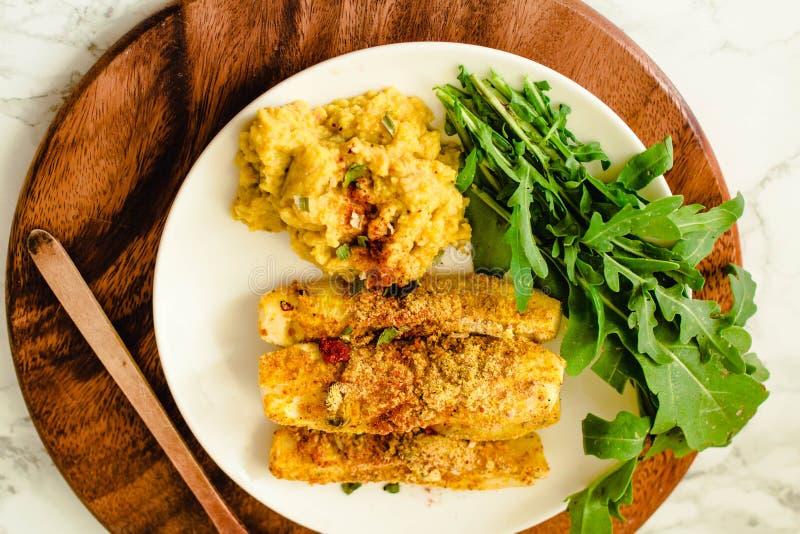B?tons cuits au four de courgette de parmesan d'ail, croquant et croustillant Servi avec de la sauce ? houmous photo stock
