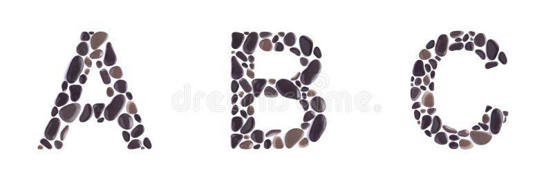 A-, b- und c-Buchstaben gemacht von den Strandsteinen lokalisiert auf weißem Hintergrund stockfoto