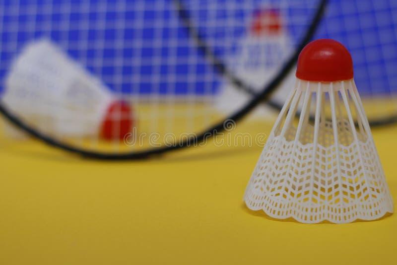 b?verskinn Tre fjäderbollar och racket för badminton två T royaltyfri fotografi