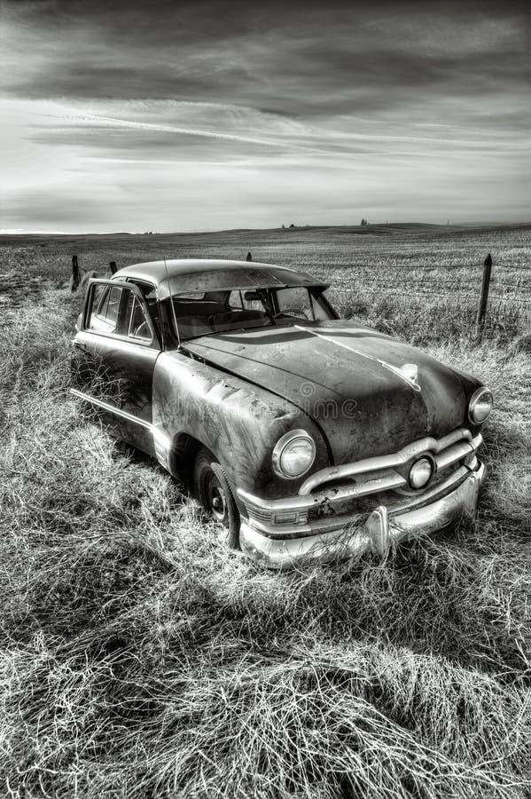 B&W del coche antiguo aherrumbrado imagen de archivo libre de regalías