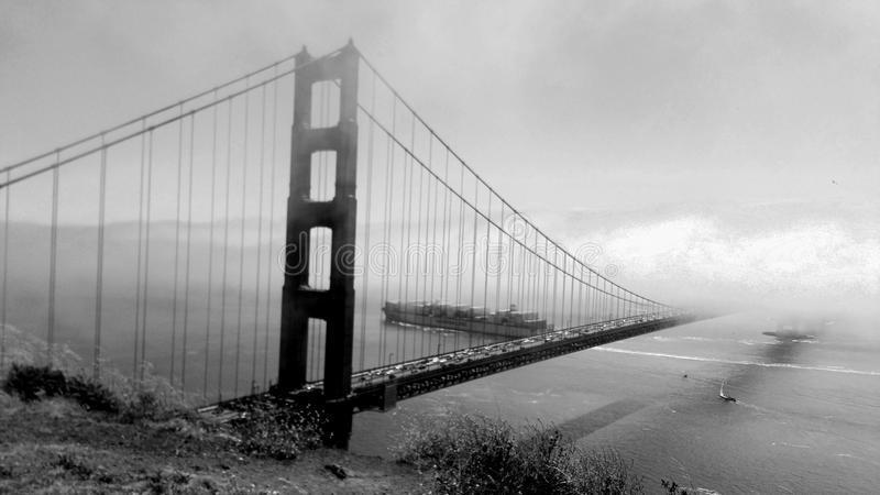 B&W golden gate bridge-Mist royalty-vrije stock afbeeldingen