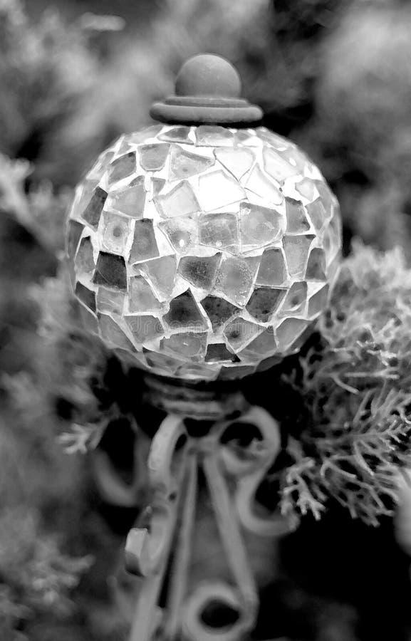 B&W rocznika szklana mozaika i żelazna plenerowa kula ziemska obrazy royalty free