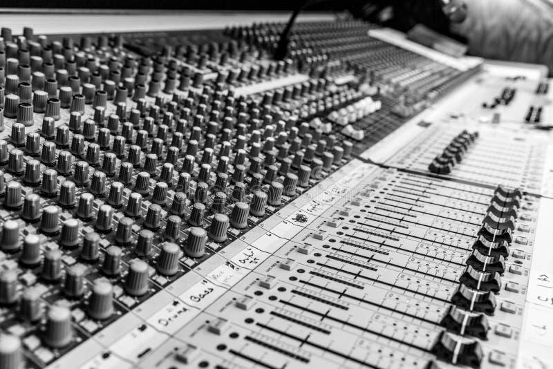 B&W van Analoge Audio-mixingconsole royalty-vrije stock afbeeldingen