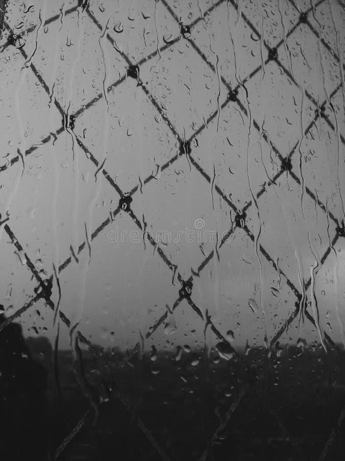 B-/Wphotographie eines regnerischen Tages stockfoto