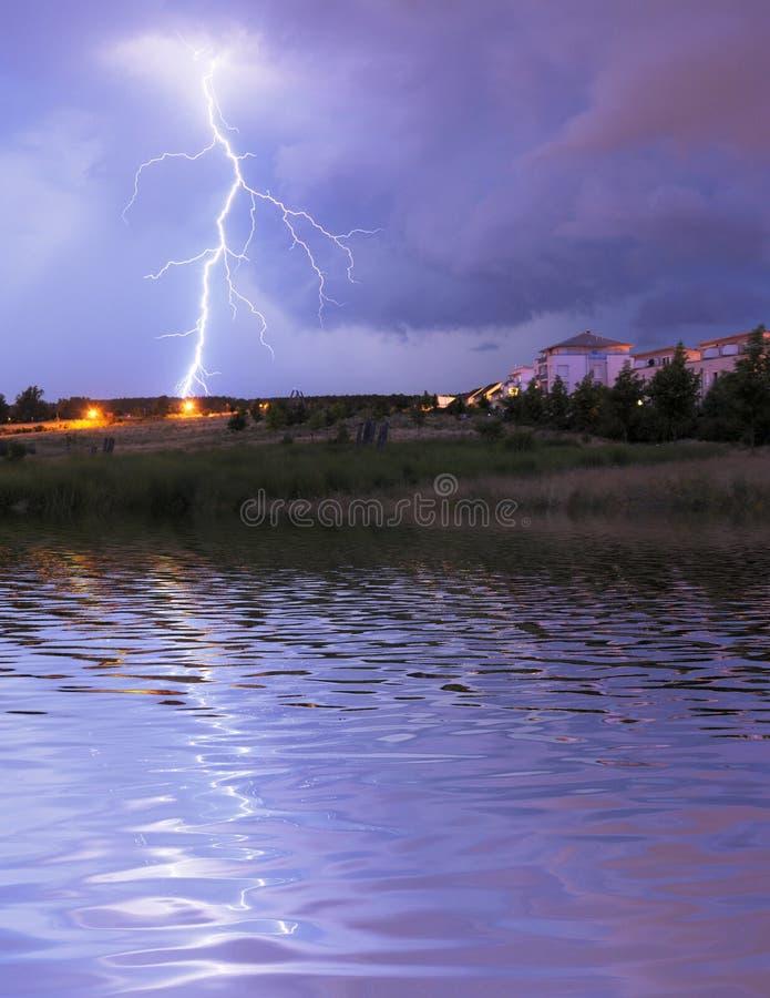 Download Błyskawica zdjęcie stock. Obraz złożonej z piorun, city - 16478744