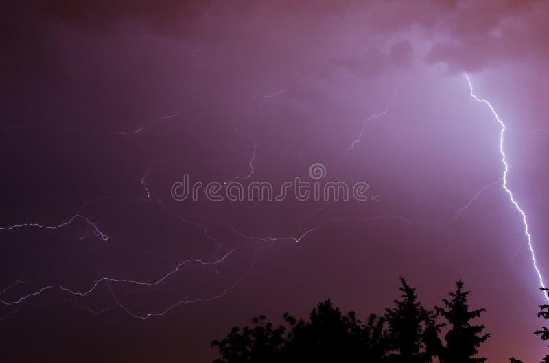 B?yskawica na niebie podczas lato burzy obraz stock