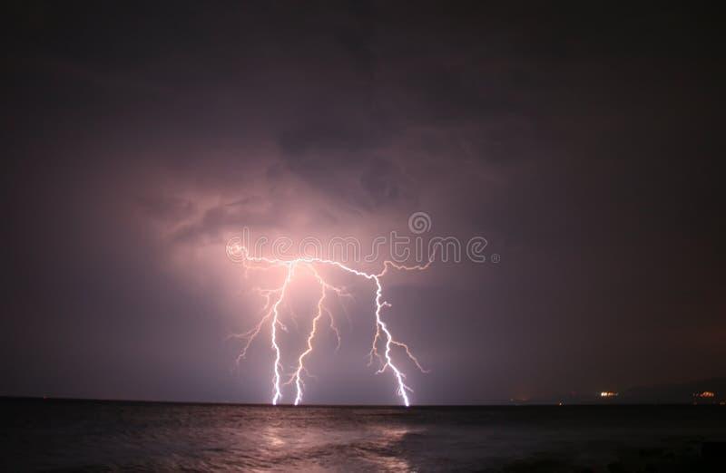 Download Błyskawicowy otwarte morze obraz stock. Obraz złożonej z krajobraz - 20889739