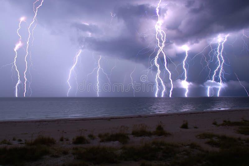 Download Błyskawicowy Przedstawienie Obraz Stock - Obraz złożonej z burza, deszcz: 28971755