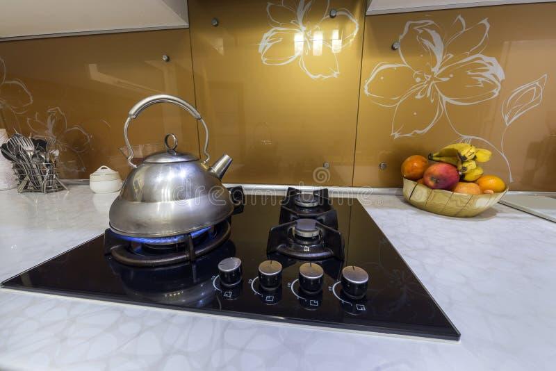 B?yszcz?cy nierdzewny herbacianego czajnika teapot z wrz?c? wod? na paleniu obrazy stock
