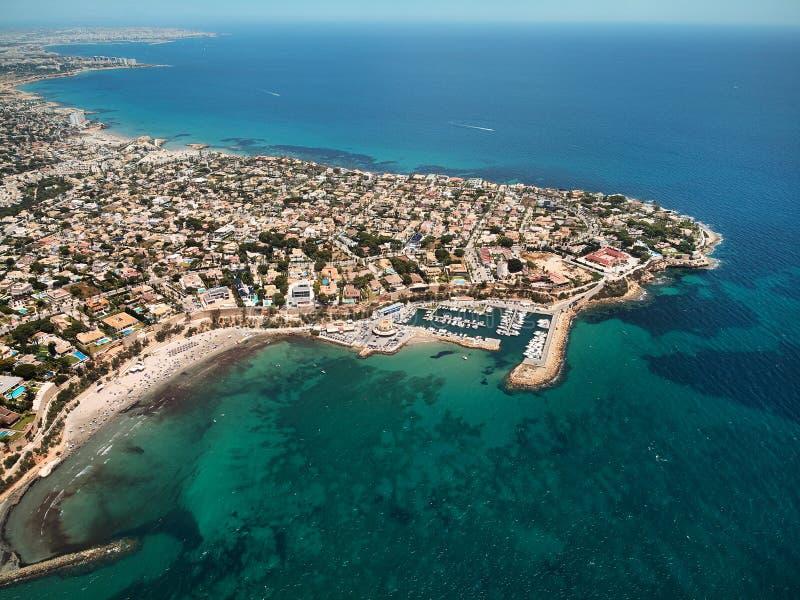 Baía aérea de turquesa do ponto de vista do zangão da imagem de águas de mar Mediterrâneo e de litoral Cabo Roig Torrevieja fotos de stock royalty free