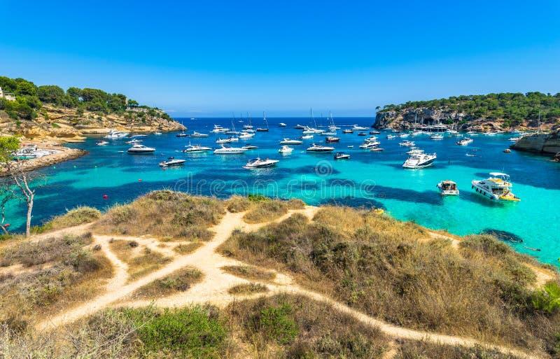 Baía bonita com muitos barcos no mar Mediterrâneo da Espanha de Vells Majorca dos portais fotografia de stock
