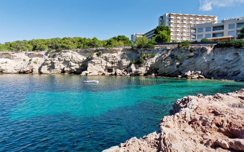 Baía bonita de turquesa em Ibiza fotografia de stock royalty free