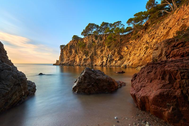 Baía bonita em Costa Brava na Espanha com técnica longa da exposição imagens de stock