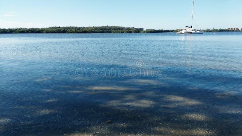 Baía calma com barco imagem de stock royalty free