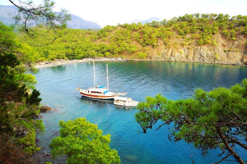 Baía calma com barco de vela Turquia fotografia de stock
