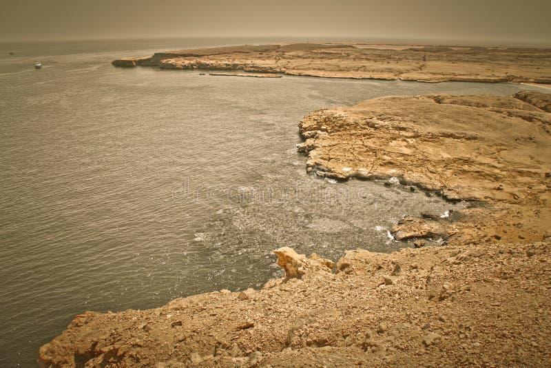 Baía calma na região do Mar Vermelho, sinai da rocha, Egito imagem de stock