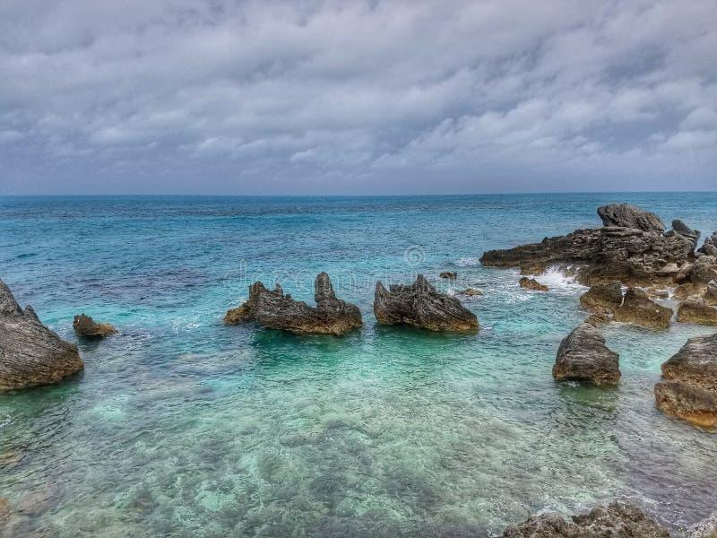 Baía da brisa do penhasco do mar da rocha de Bermuda fotos de stock royalty free